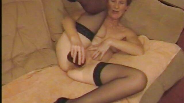 युवा न्यडिस्ट सड़क के इंग्लिश फिल्म मूवी सेक्सी नीचे घूमना, कैमरे पर नंगे स्तन के साथ