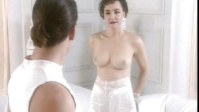 एक युवा जोड़े को महिलाओं के एक बाथरूम की अनुमति है और उसके समूह को समझाने नहीं सेक्सी इंग्लिश मूवी पिक्चर है